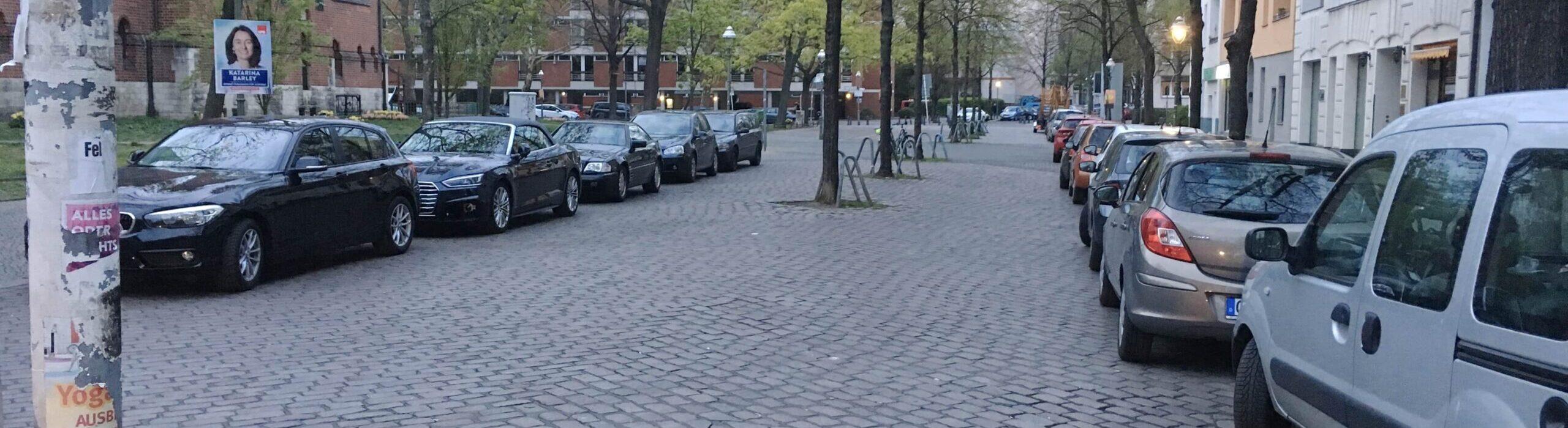 Autos parken in der Fußgängerzone