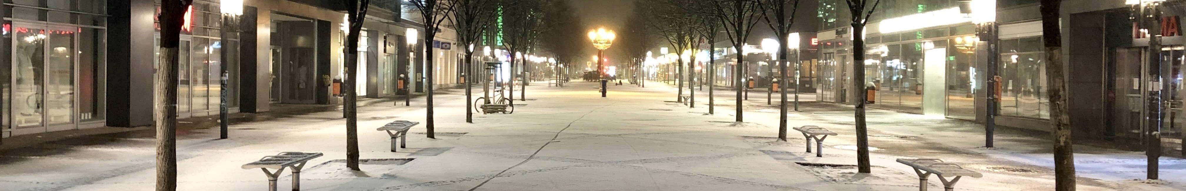 Wilmersdorfer Straße mit frischer Schneedecke.